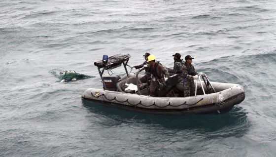 Recuperados 30 cuerpos del avión que se estrelló en aguas indonesias
