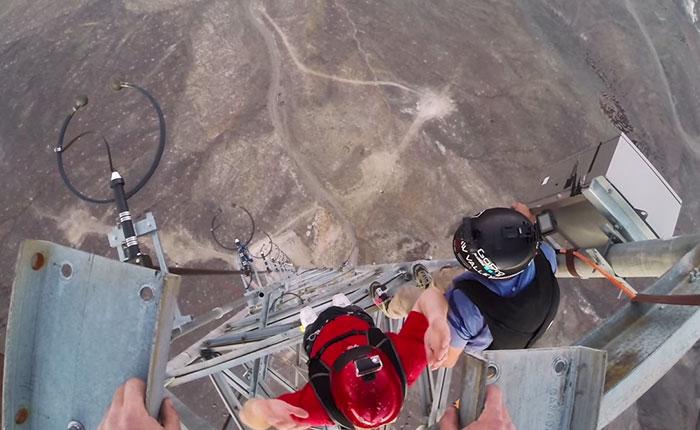 Increíble salto desde una antena de radio (Video)