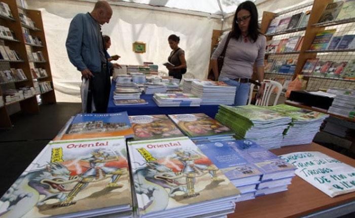 Isla de libros por Elías Pino Iturrieta