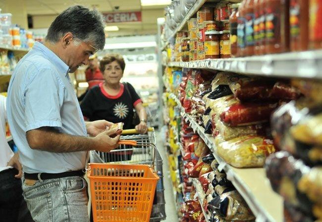 A los venezolanos no les alcanza el dinero para comprar comida, medicinas o ropa