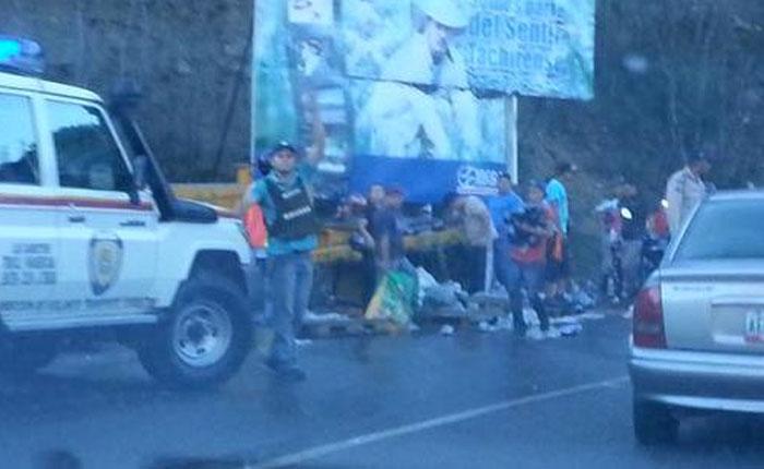 FOTOS Saquearon gandola volcada en autopista San Cristóbal-La Fría