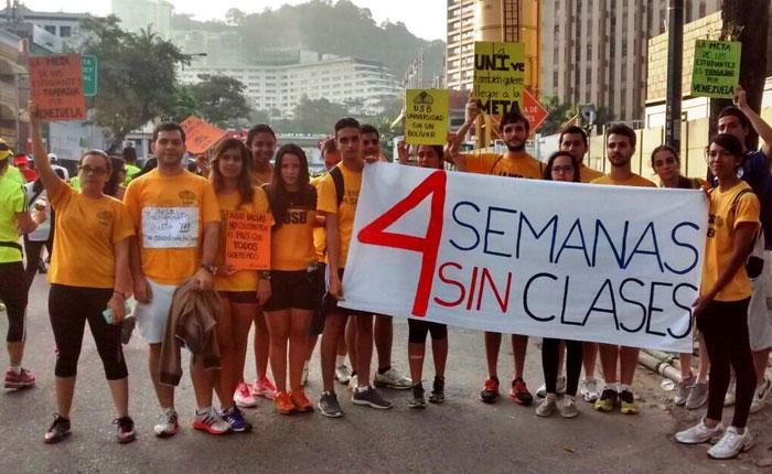 """Estudiantes de la USB protestaron por la crisis universitaria durante la carrera """"Caracas Rock"""""""