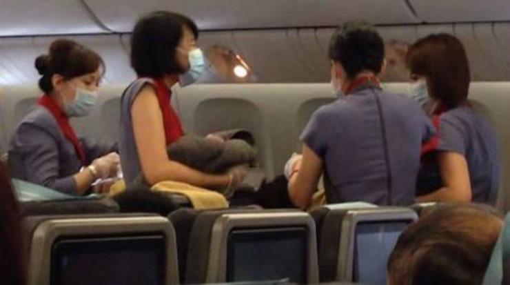 Mujer da a luz en pleno vuelo de Taiwán a Los Ángeles