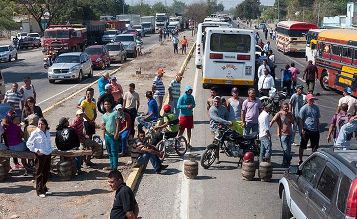 Aumentan las protestas por la falta de comida, medicinas y servicios