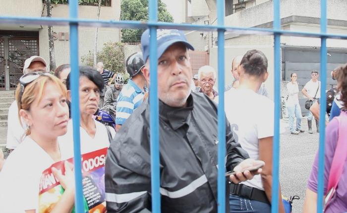 Infiltrado en protesta de vecinos amenaza con quemar sede del portal web El Estímulo