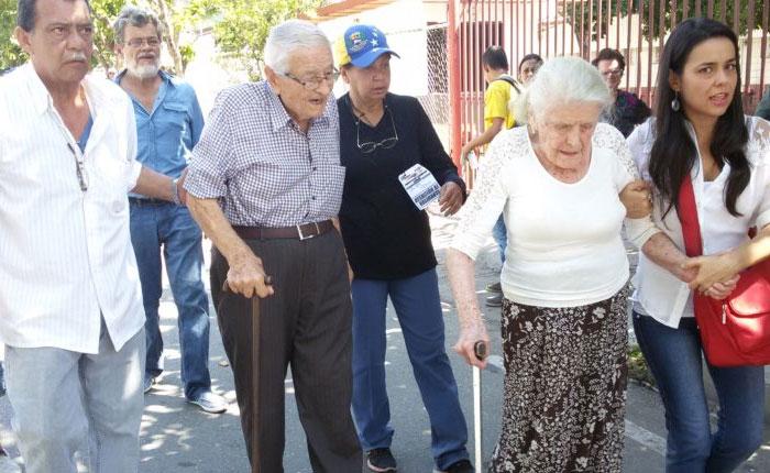 """Abuelos en Trujillo: """"Firmamos para salir de la crisis de hambre y muerte"""""""