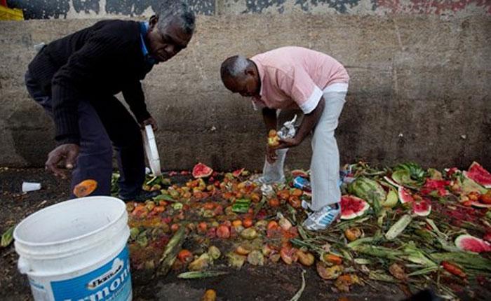 FOTOS Venezolanos buscan comida en basureros ante la crisis