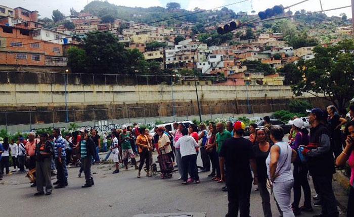 Protestaron en Caricuao y trancaron la Francisco Fajardo por escasez de comida