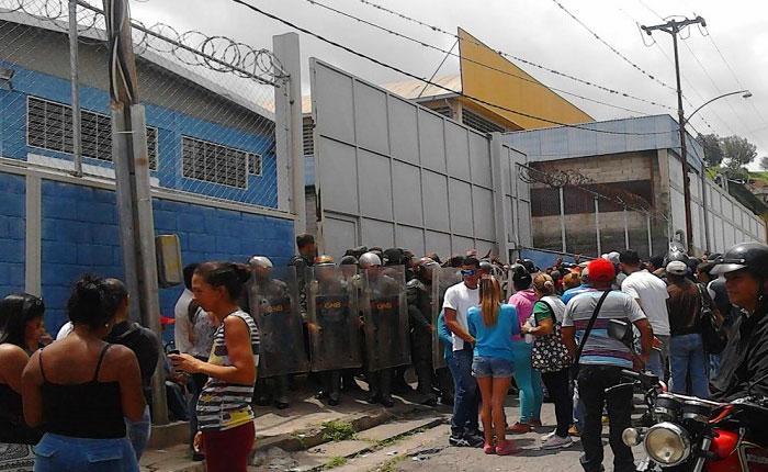 Venta de alimentos a trabajadores de Mercal desató protestas en Los Teques