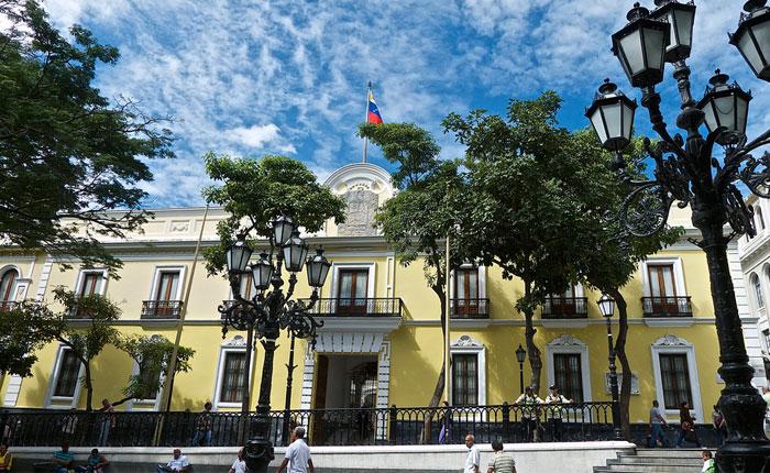 Venezuela retira embajador y congela relaciones con Brasil tras destitución de Dilma Rousseff