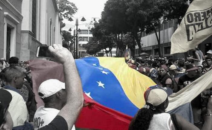Esta vez sin pena ni gloria, por Armando Durán