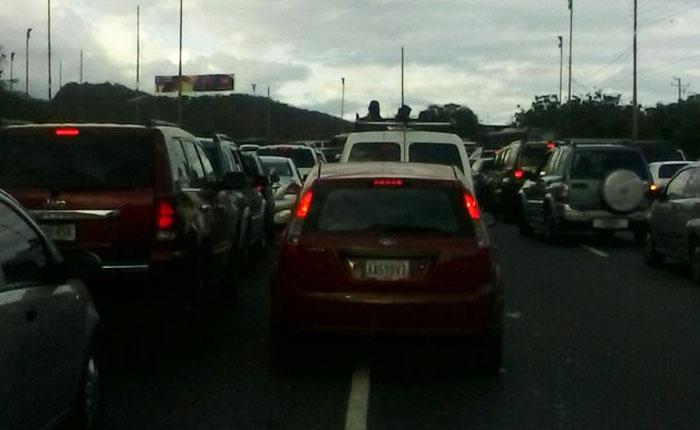 Alcabalas generan fuerte cola en la autopista Caracas - La Guaira