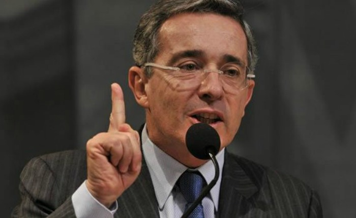 Álvaro Uribe Velez renuncia al senado de Colombia