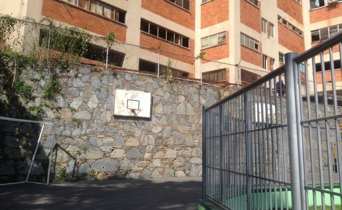 Pared de 3 metros separa al Colegio San Agustín de 592 presos detenidos en la PNB de Boleíta