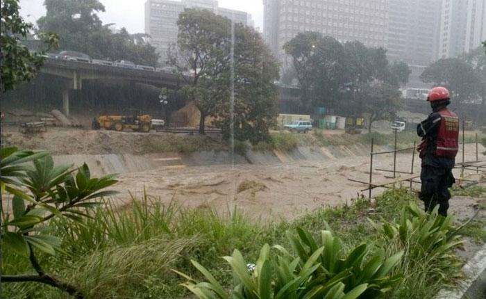 Lluvias desbordaron cauce del río Guaire en Petare
