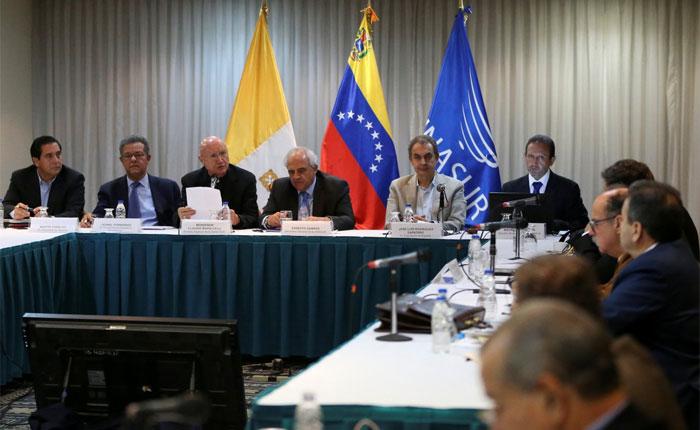 Gobierno y oposición reunidos en Dominicana mientras los venezolanos enfrentan un oscuro panorama