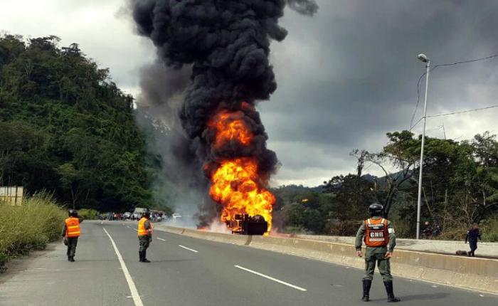 Accidente en ARC dejó tres lesionados, una gandola incendiada y un camión saqueado