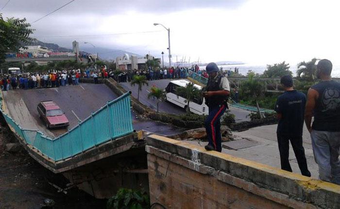 Colapsa puente de Guanape en el estado Vargas