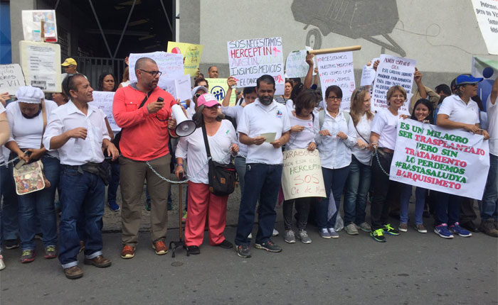 """Pacientes se """"encadenaron"""" en Los Ruices por la escasez de medicinas"""