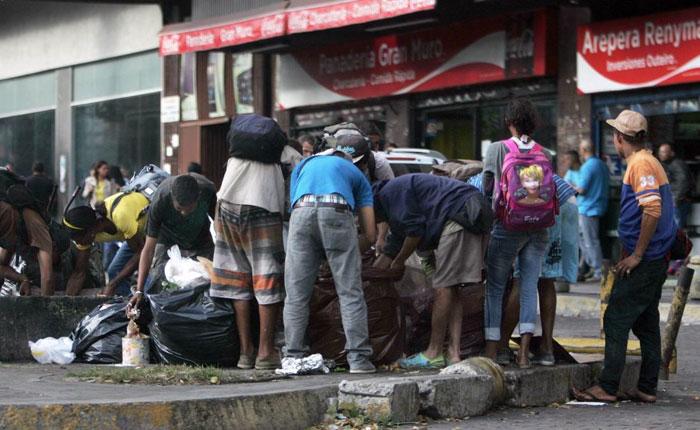 AFP: Comer de la basura, el drama de los más pobres en Venezuela