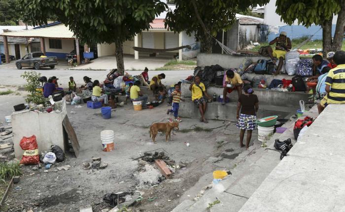 Indígenas venezolanos emigran a Brasil buscando comida