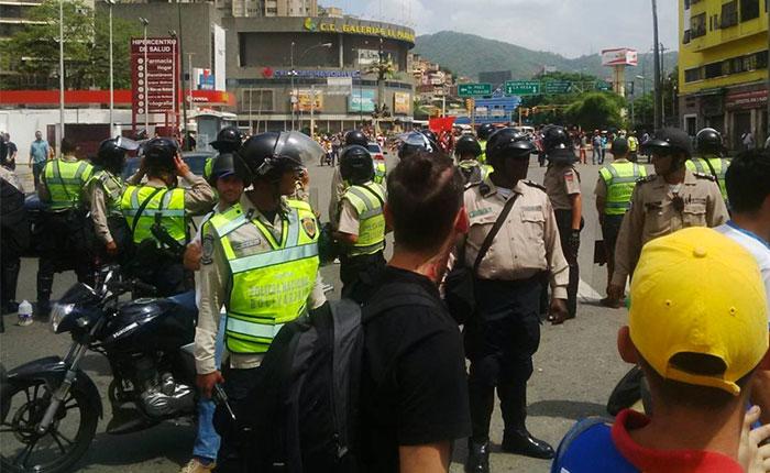 Grupo de oficialistas agredió a opositores y periodistas en El Paraíso