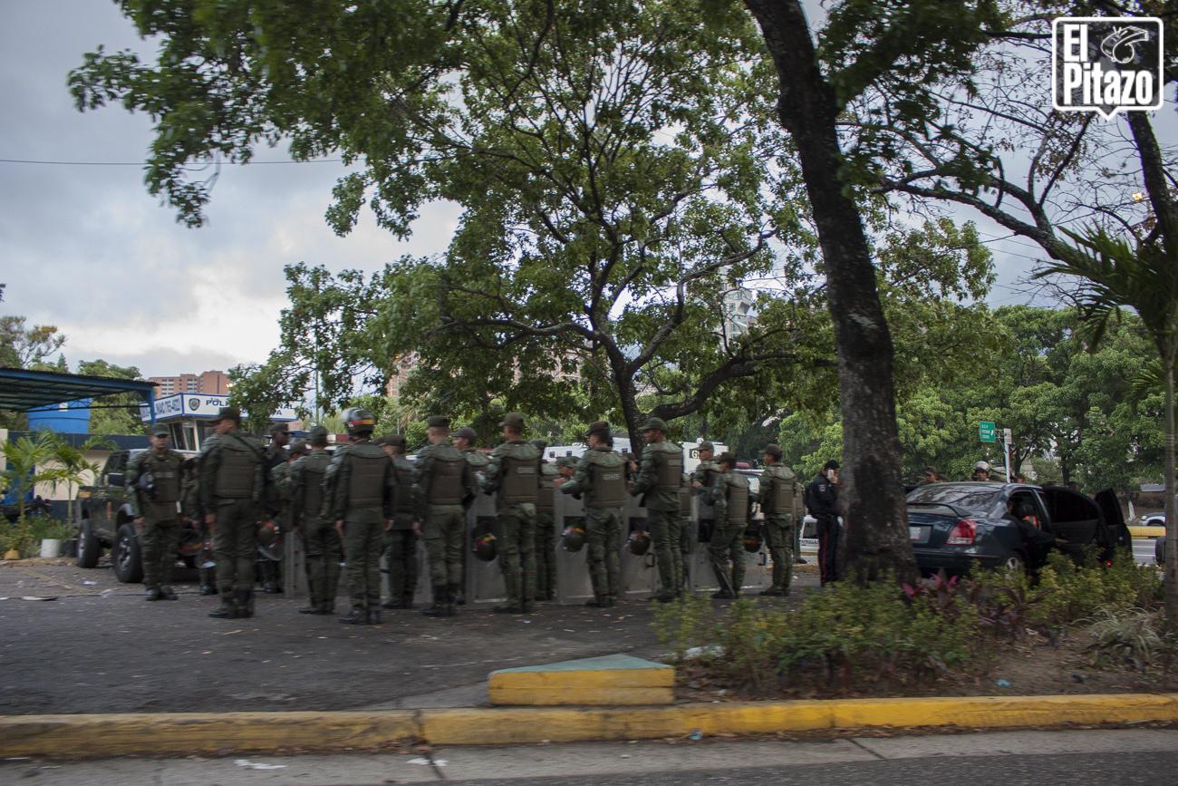 Plaza-Venezuela-tomada-por-militares-y-la-Policia-Nacional-Bolivariana-1