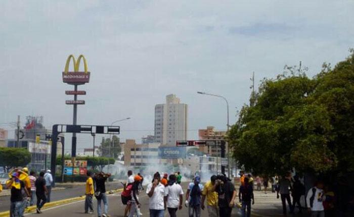 FOTOS Reprimen con lacrimógenas protesta frente a la casa de Francisco Arias Cárdenas #10Abr