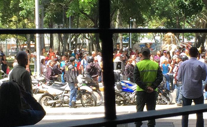 Colectivos rodearon sede de Fiscalía cuando diputados denunciaban hechos violentos en Barinas y Bolívar