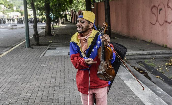 El violinista y el soldado, por Carolina Jaimes Branger