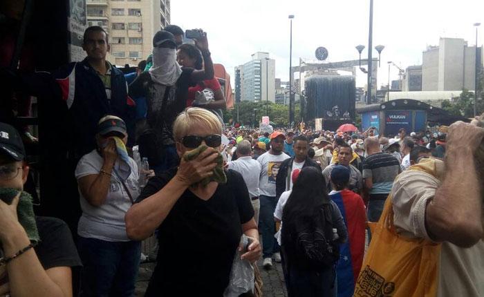 PNB reprime con gas pimienta a abuelos en Chacaíto