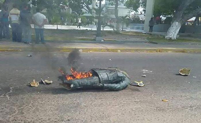 Derribaron y quemaron estatua de Chávez en el estado Zulia