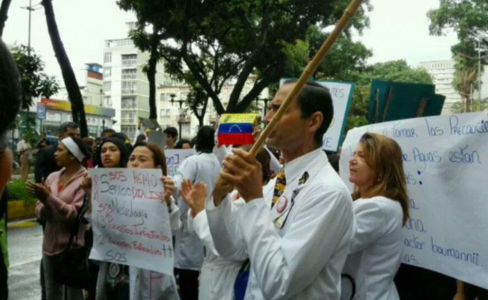 Médicos de ocho hospitales de Caracas realizan plantón por crisis hospitalaria