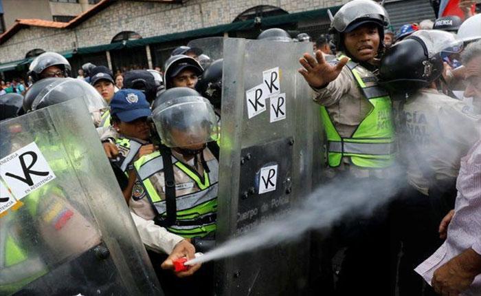Gas pimienta, el aderezo que le puso la PNB a los abuelos en la marcha de este viernes