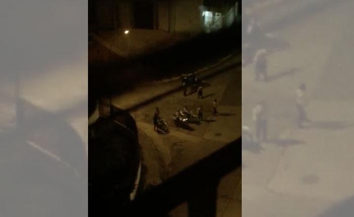 Detienen y golpean a dos manifestantes en la urbanización Santa Mónica