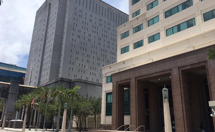 En braga de preso y encadenado, compareció expresidente Martinelli en las cortes de Miami