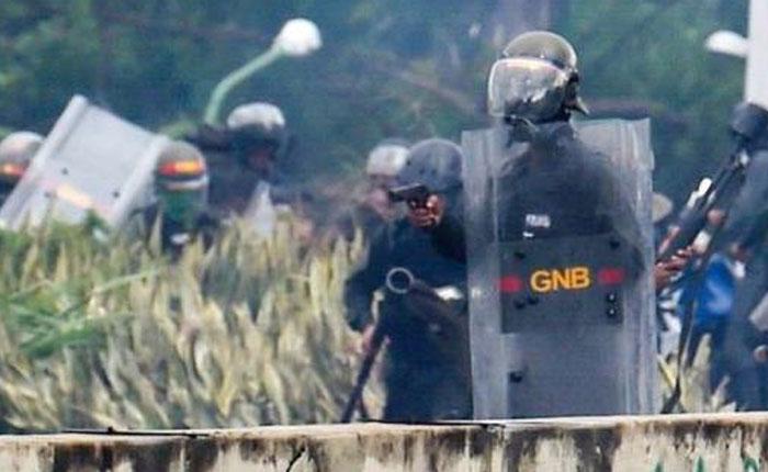 Heridos 3 GNB durante enfrentamiento con manifestantes en la Urbanización Miranda