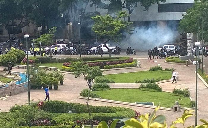 GNB lanza lacrimógenas para evitar concentración opositora en Altamira