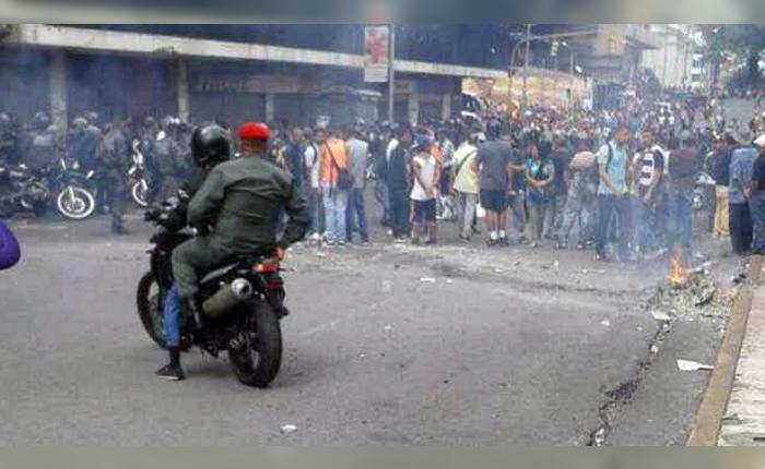 PNB y colectivos robaron tiendas del Metro Mercado de Capitolio