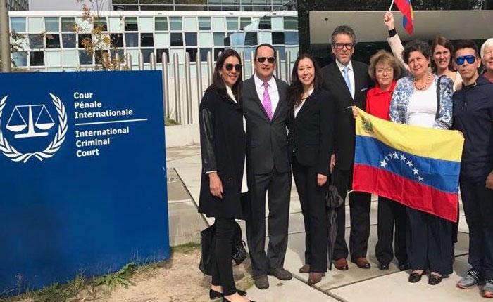Entregan 112 mil firmas a la Corte Penal Internacional para que acelere denuncias sobre régimen de Maduro