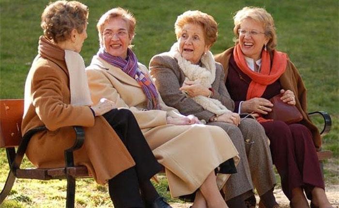 ¿Cuánto tardan dos señoras en despedirse?, por Reuben Morales