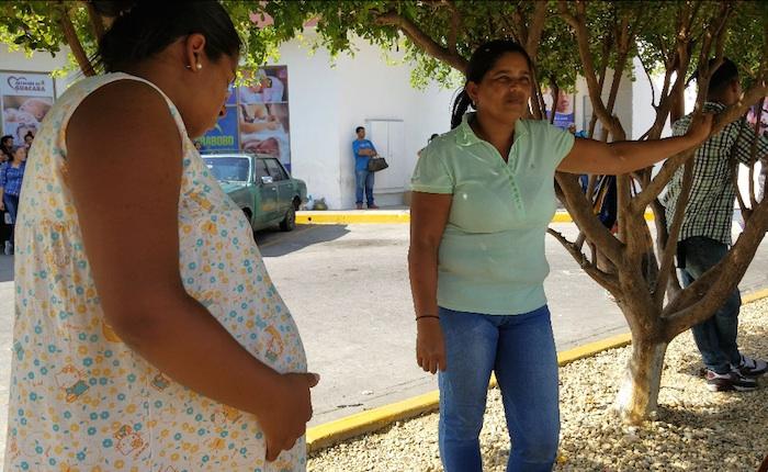 Familiares de parturientas en la Maternidad Julia Benítez: