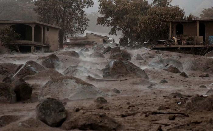 Rescatan 24 cuerpos y suman 101 los muertos por erupción de volcán en Guatemala