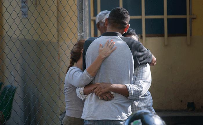 Abrazo en familia, abrazo sin fronteras, por Luis Ugalde