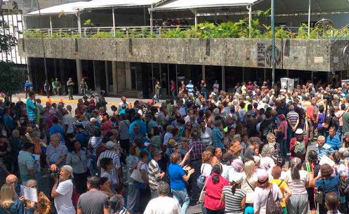 Pensionados y jubilados protestaron frente al IVSS para exigir respuesta sobre pago a través del Carnet de la Patria