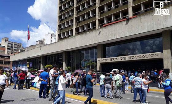 Educadores protestaron ante el Ministerio de Educación por salarios