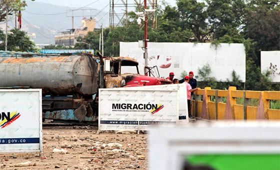 Colombia reabre pasos fronterizos con Venezuela con algunas restricciones