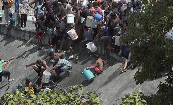 VIDEO RESUMEN Caraqueños se dedicaron a buscar recursos básicos durante el apagón