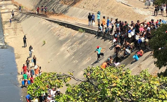 Personas se aglomeran en el río Guaire para recolectar agua #11Mar