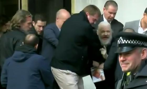 Arrestaron a Julian Assange en la Embajada de Ecuador en Londres